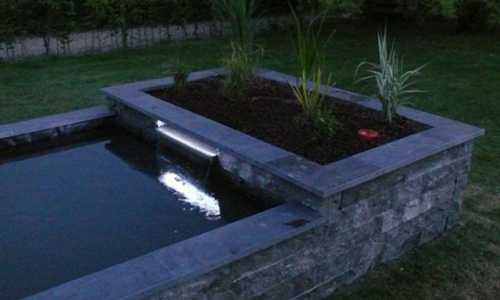 Strakke vijver aanleggen tuinaanleg koivijver aanleg tuin for Moderne vijvers foto s